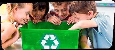Crianças olhando dentro de lixeira reciclável
