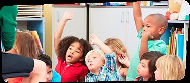 Crianças tirando dúvidas em sala de aula
